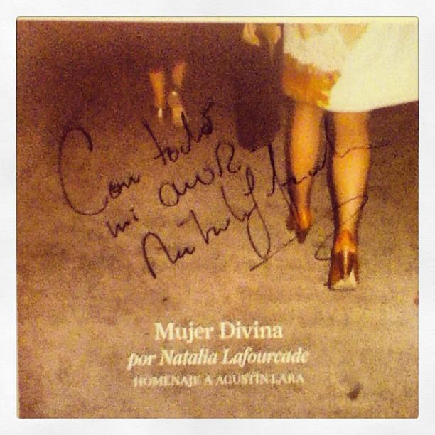 Tuve la suerte enorme de conseguir la firma de la cantante y compositora.
